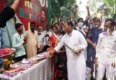 रूद्र गुरु ने काटे दर्जन भर से ज्यादा केक; उत्साह इतना कि मास्क और सोशल डिस्टेंसिंग भी भूले